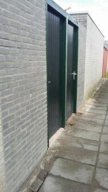 2 tuindeuren  geplaatst met zowel rechts als links een muurtje in Delft