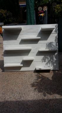wit wandbord van steigerhout in Delft