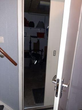 Hier is de schuifdeur open, vanaf de gang naar de garage.  (Den Hoorn)
