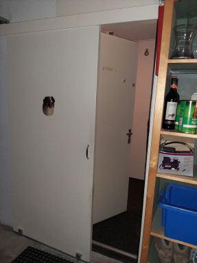 Hier is de schuifdeur open van de garage naar de gang.  (Den Hoorn)