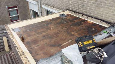 Oude lagen en isolatie verwijderd, nieuwe masstiek aangebracht,doordat het dak dubbel geisoleerd was lekte het ook als er geen neerslag was.