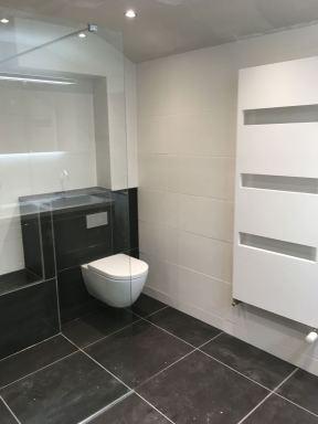 Hangtoilet met zitruimte douche