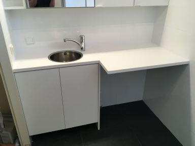 Badkamer met wastafel opmaat gemaakt met ruimte voor wasmachine