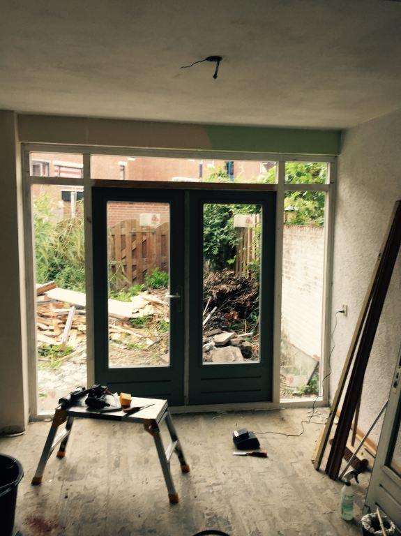 Nieuw hardhouten kozijn geplaatst met dubbele deuren