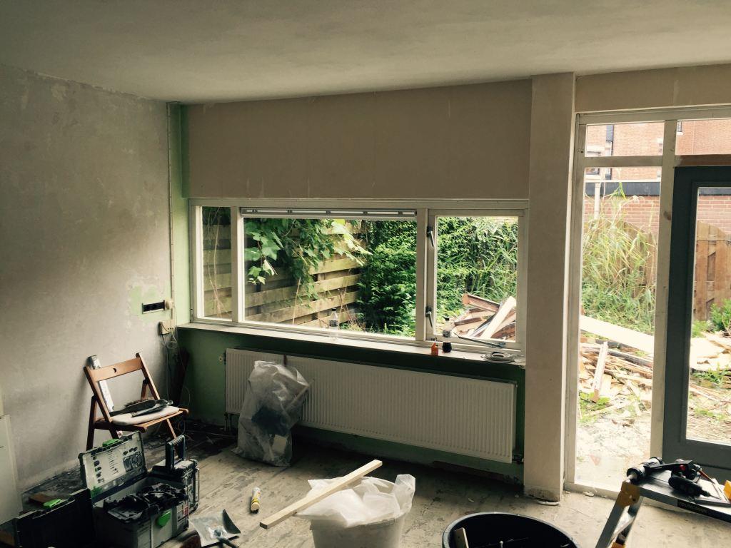 Nieuw hard houten raam kozijn geplaatst