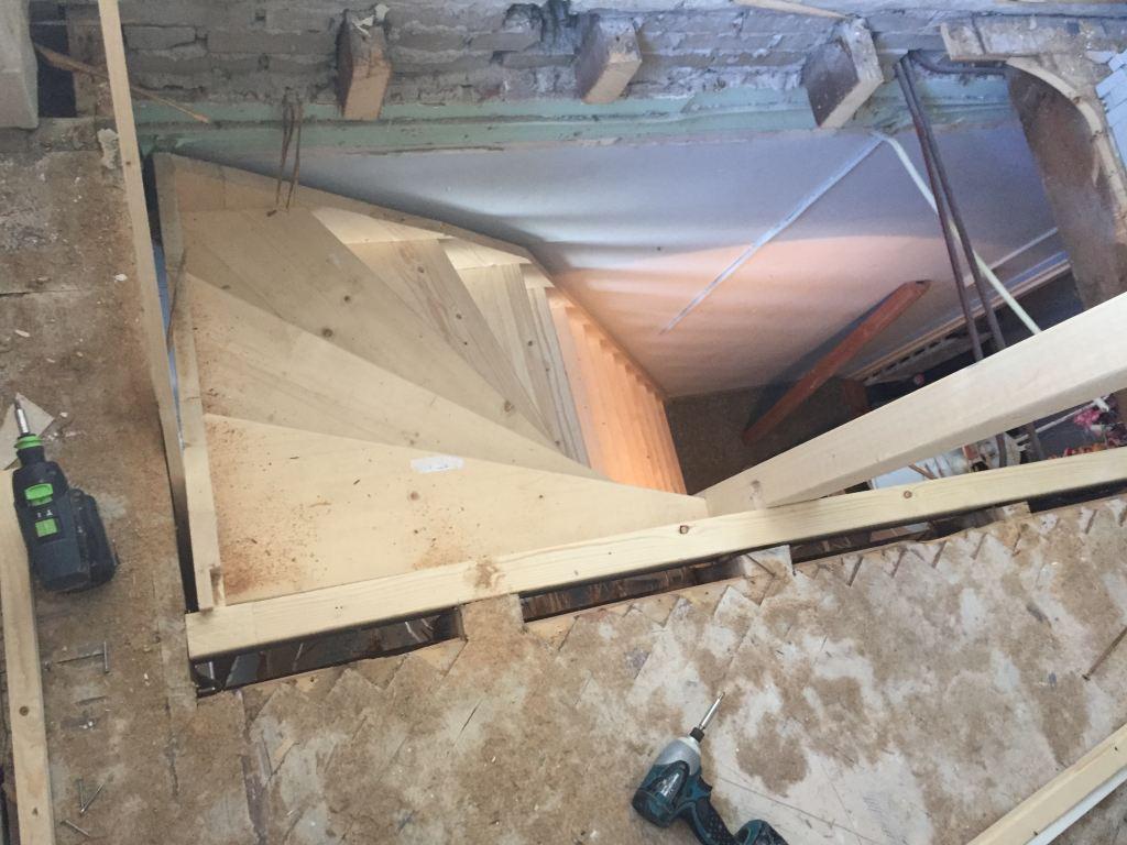 Vuren houten trap gemaakt en gemonteerd voor de Klussenier mark van Geffen in den haag