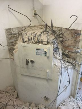 Oude met betoningestorte kluis verwijderen bij stomerij panda