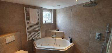 Badkamer verbouwing Almere Muziekwijk met bubbelbad