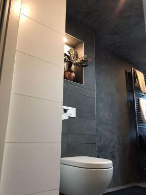 Badkamer met wand en plafond in zwarte stuko