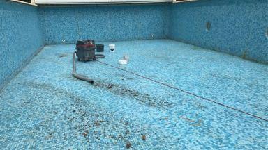 Herstelwerk aan tegels in zwembad