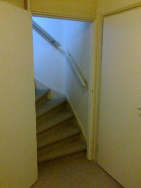 de trapopgang naar de zolder voorzien van een kozijn met deur   scheelt veel in de kou