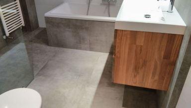 Badkamer met groot formaat tegels