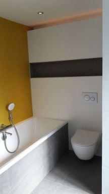 Badkamer met inbouwwc