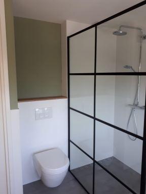 Industriële badkamer, combinatie stucwerk en tegelwerk