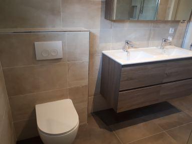 Gerectificeerde tegel 30x60cm in zandsteenkleur in combinatie met donkereiken meubels
