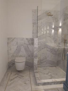 Carrara marmer getegelde vloer in visgraat motief