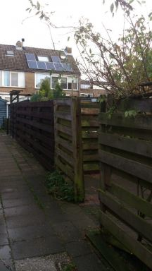 Tuinschermen plaatsen na stormschade