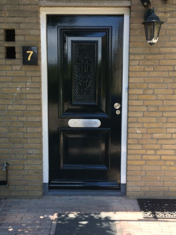 nog een voordeur afgehangen en geschilderd
