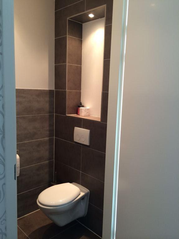 toilet met nis en verlichting