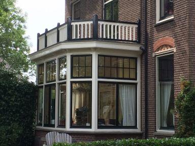 Balkonhek gerestaureerd/bijgemaakt en geschilderd bij monumentaal pand te Hillegom,