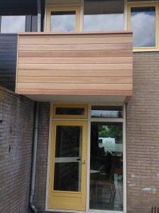 Balkon voorzien van Red Ceder rabat