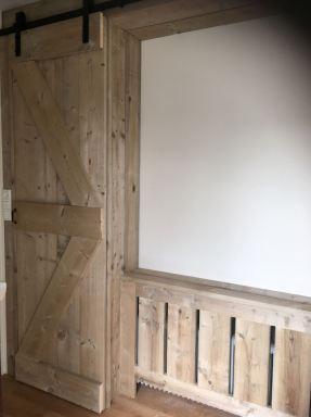 Kastruimte met schuifdeur en radiatorombouw van stijgerhout in Assen