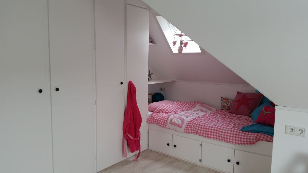 complete zolderkamer verbouwing met kasten en slaapgelegenheid
