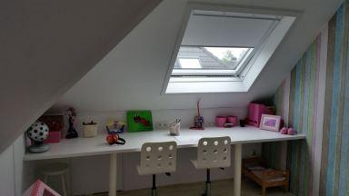 kamer 1 met groot bureau en dakraam