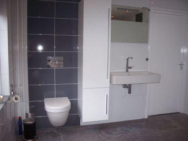 Hangend toilet  met detailbetegeling in nieuwe badkamer te Haps