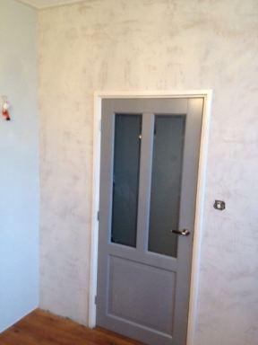 Stukadoren muur woonkamer te Kampen