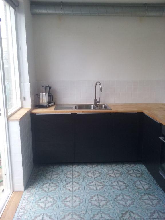 keuken geplaatst en tegelwerk aangebracht