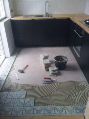 Keuken geplaatst en wand en vloertegelwerk aangebracht in Goirle
