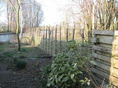 Wilgentenen schutting gevlochten in Oostwoud