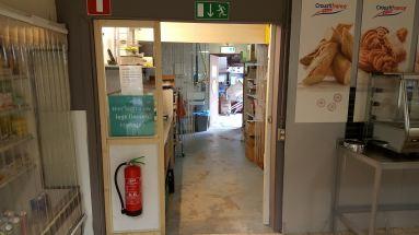 Wand met schuifdeur in de winkel van Recreatiepark De Paalberg Ermelo