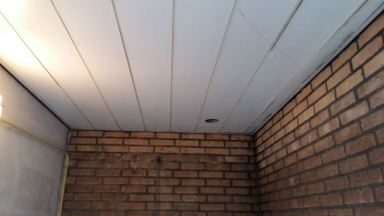 Plaatsen plafond en wanden te Beek