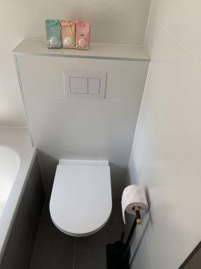 Badkamer renovatie in De Rips: De ruimte tussen de inloopdouche en het bad goed benut door het plaatsen van een toilet.