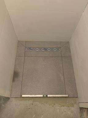 Badkamer renovatie in De Rips. Natte cel op afschot naar de drain afvoer.