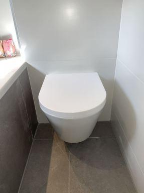 Badkamer renovatie in De Rips. Inbouwreservoir met hangtoilet.