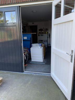 Werken in de tijd van het Corona virus. Hier in Beek en Donk heb ik toegang tot de garage van de klant waar het te verwerken materiaal ligt en ik zelf mijn koffie zet.