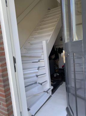 Werken in de tijd van het Corona virus. Ik kan mezelf binnen laten en meteen de trap op, richting de badkamer.
