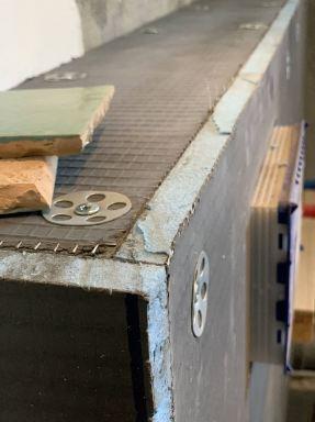 Werken in tijden van het Corona virus. Detail foto van het materiaal Wedi platen die ik gebruikt heb voor de ombouw.