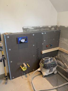 Werken in tijden van het Corona virus. Eenmaal in de badkamer kan ik gewoon mijn werk doen. Ombouw inbouwreservoir toilet en aansluitend de ombouw van de badkraan.