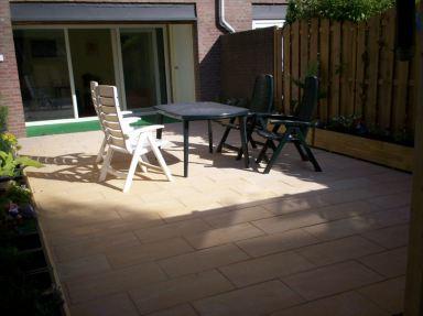 Voor en achtertuin in Nieuwerkerk a/d IJssel bestraat