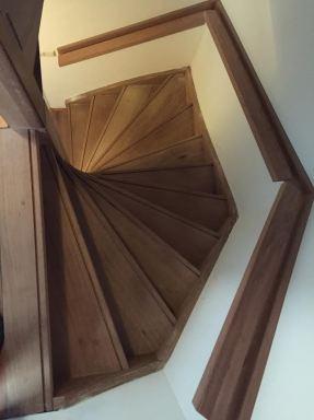 Plaatsen en maken van een nieuwe trap met een trapleuning en trapkast in Nieuwerkerk a/d IJssel