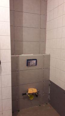 Vrijhangend toilet klaar en de tegels zitten er op..
