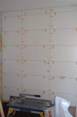 Badkamer vernieuwen in Almere het eerste tegelwerk zit er in.