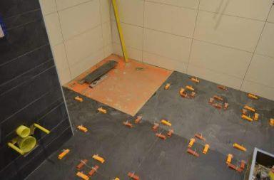 De vloer voor de douche hoek begint vorm te krijgen in de badkamer in Almere