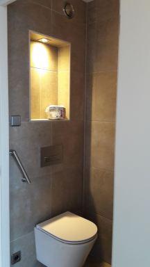 In Lelystad Toilet verbouwd om meer ruimte te krijgen met speciaal inbouw frame en verkorte pot. Tevens in de boven wand nis verwerkt.