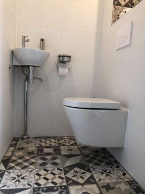 Nieuw toilet in zelfde stijl als badkamer te Almere