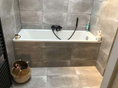 Badkamer renovatie in Lelystad met een lekker ligbad er in.